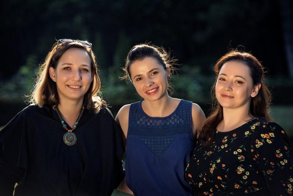 Oana Boia, Ioana Sfetcu și Andra Dobrinescu, fondatoarele mom o'clock